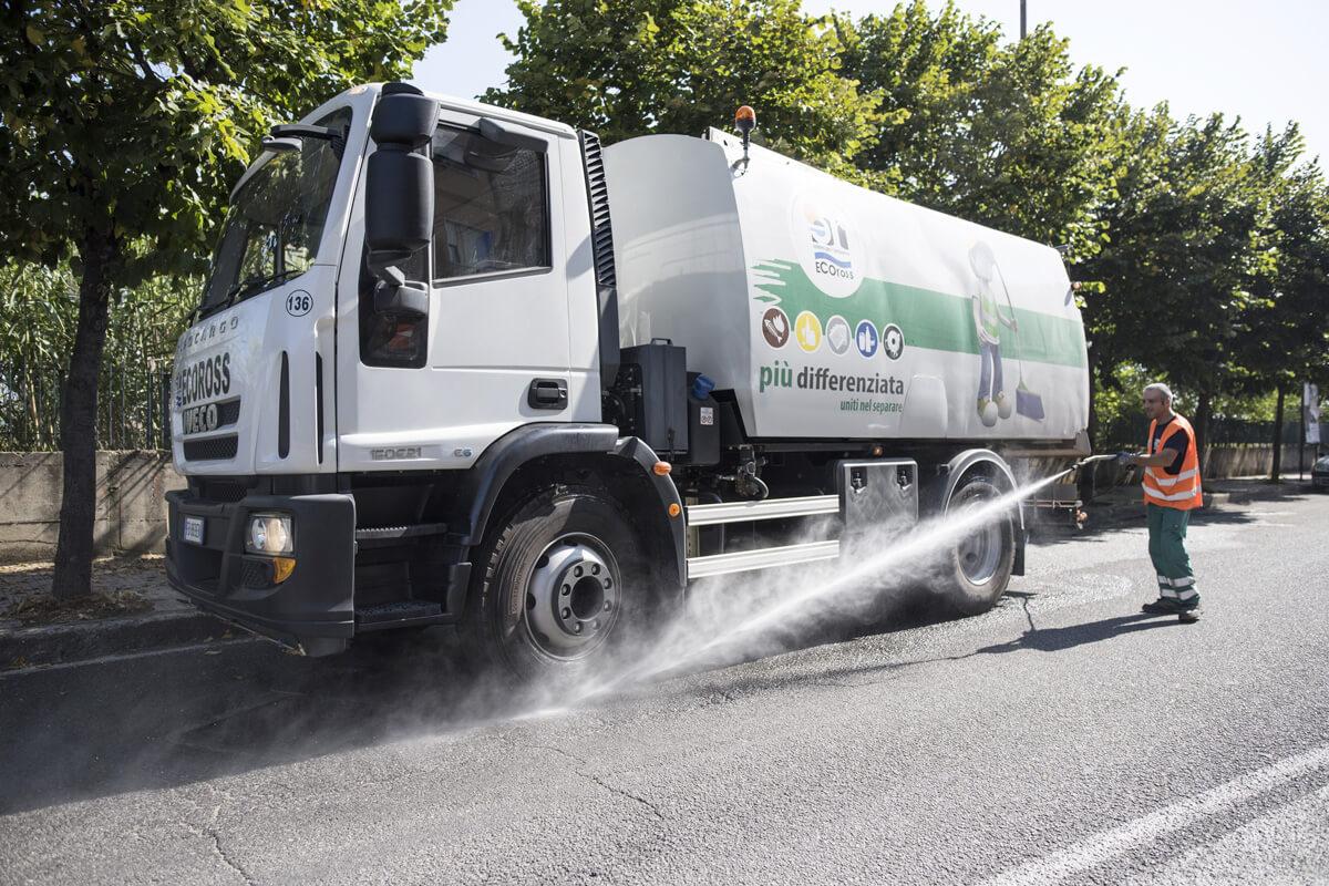 mezzo ecoross per la pulizia stradale