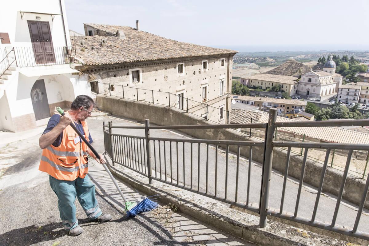 operatore ecologico esegue pulizia stradale