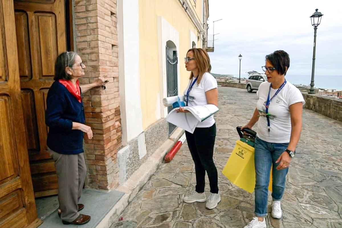 informatori della Ecoross sensibilizzano la cittadinanza sulla raccolta differenziata