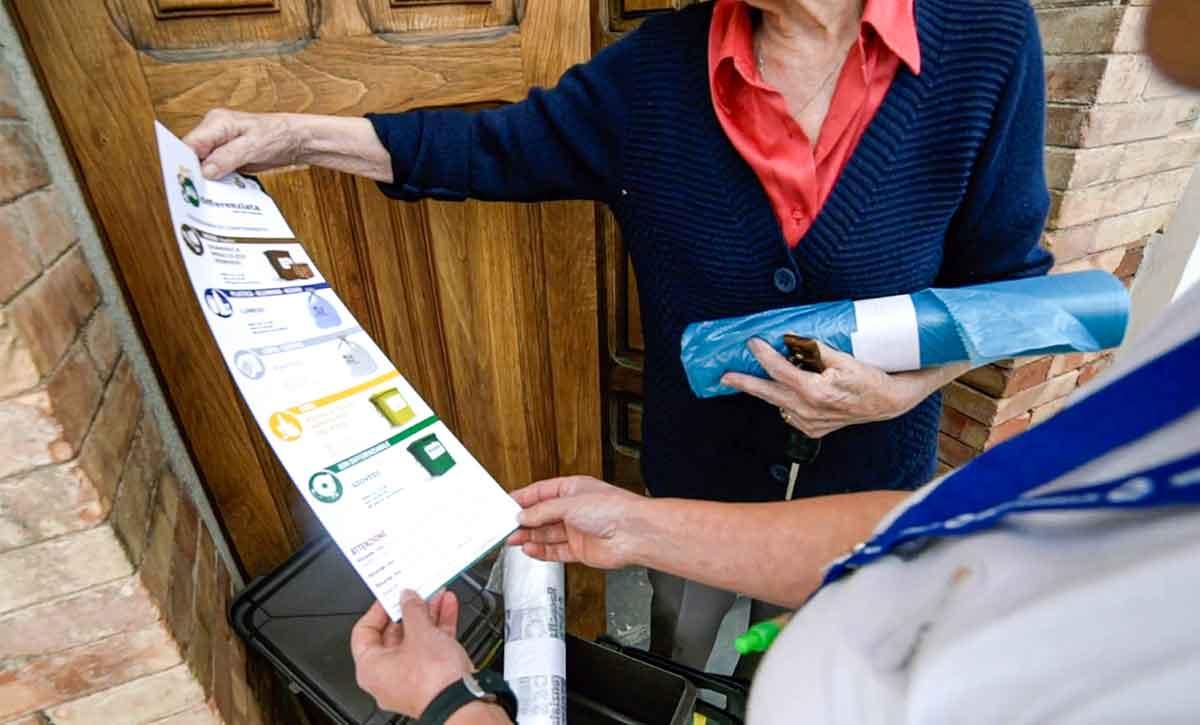 informatori della Ecoross spiegano come fare la raccolta delle utenze domestiche
