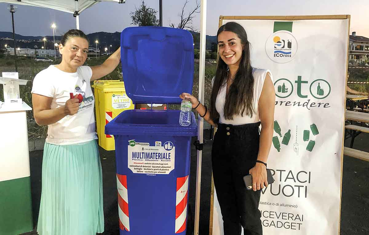 cittadini danno il loro contributo per una corretta raccolta dei rifiuti