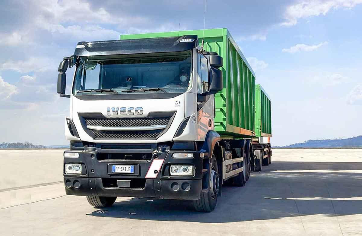 camion ecoross per trasporto e smaltimento dei rifiuti speciali