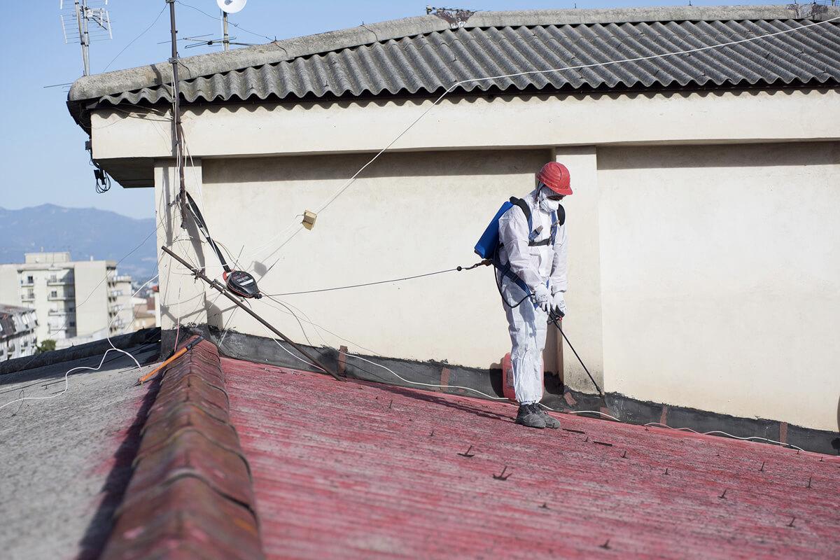 operatore ecoross rimuove in sicurezza tetto in amianto