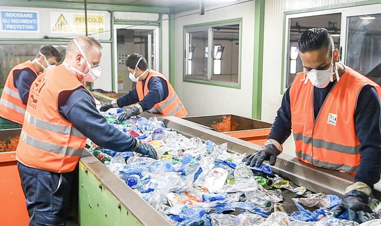 operatori ecoross selezionano rifiuti destinati allo smaltimento
