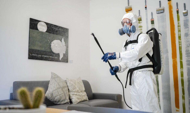 operatore ecoross sanifica ambiente di lavoro