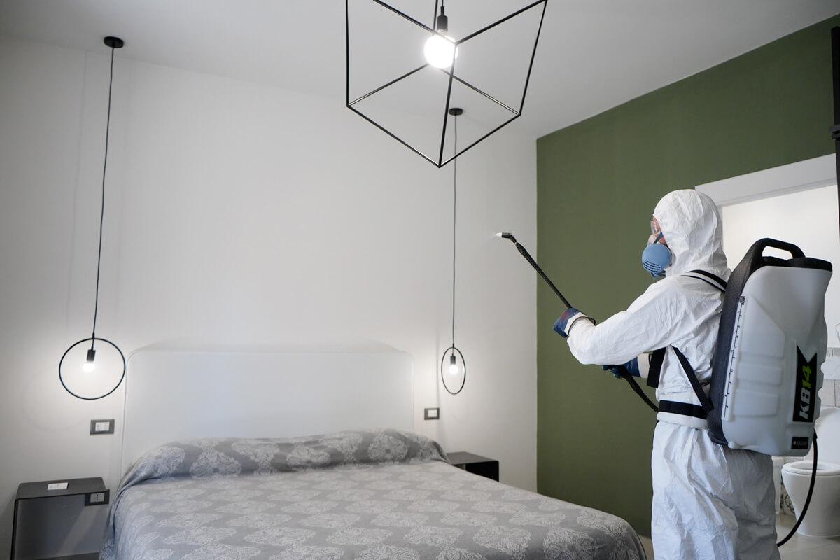 operatore ecoross sanifica camera da letto