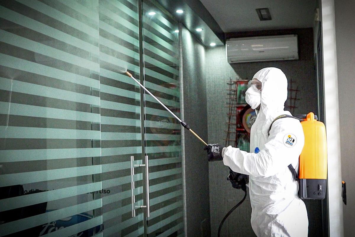 operatore ecoross sanifica porta abitazione